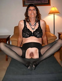 Shapely mature chick in her solo play